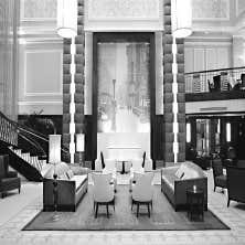 Dans le hall d'entrée du Carlton, un hôtel plus que centenaire de style Beaux-Arts sur Madison Avenue à New York, une fontaine coule sur deux étages, devant une photo originale surdimensionnée de l'établissement.