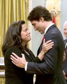 Parmi les ministres qui ont du pain sur la planche, Jody Wilson-Raybould, à la Justice, que l'on voit ici avec le premier ministre, Justin Trudeau, le jour de l'assermentation, le 4novembre dernier.