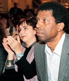 Dany Laferrière a reçu hier le Grand prix du livre de Montréal 2009. A sa gauche, Catherine Mavrikakis