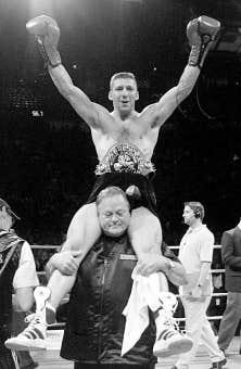 Le 10 juillet 2001 à Montréal, Éric Lucas bat Glenn Catley et devient le champion du monde de la WBC chez les super moyens.