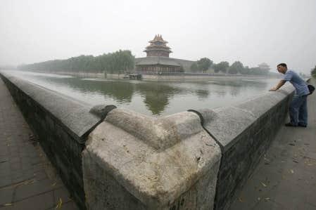 Un homme contemple la Cité interdite noyée dans le smog pékinois. Près des trois quarts de l'augmentation des émissions de CO2 entre 2007 et 2008 provenaient de la Chine.