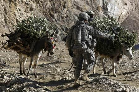 Un soldat américain hier à un poste de contrôle près de la base Tillman.