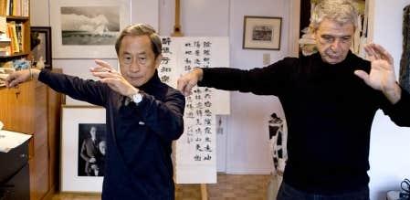Lew Yung-Chien et Joël Chapoulie s'exercent en silence au taï-chi, unis et synchronisés, concentrés et déliés. «Le corps devient l'instrument pour que la symphonie de l'esprit enchante le cœur.»