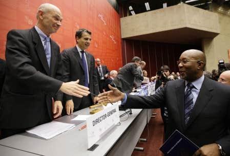 Le représentant américain au Commerce, Ron Kirk (à droite), échange une poignée de main avec le directeur de l'Organisation mondiale du commerce, Pascal Lamy, après la clôture de la ministérielle qui se tenait depuis lundi à Genève.