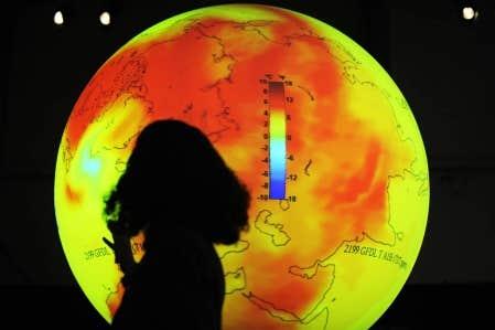 Une scientifique donnait hier un exposé devant une planète Terre rougeoyante, au centre Bella, de Copenhague.