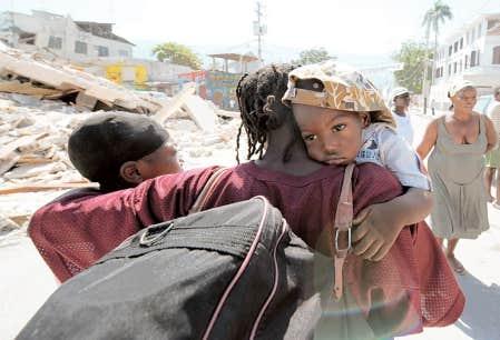 L'aide a beau enfin se rendre jusqu'aux sinistrés, nombreux sont les Haïtiens qui quittent Port-au-Prince, certains profitant des autobus gratuits mis à leur disposition, d'autres, comme cette famille, s'en vont à pied.
