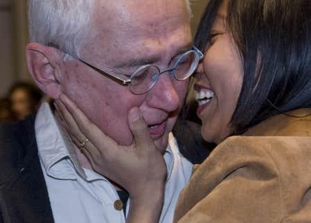 D'heureuses retrouvailles pour le docteur Vincent Échavé, de l'Université de Sherbrooke, et sa femme Cho Thanda à l'aéroport de Dorval hier soir.