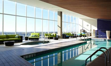 Montr al trudeau comme bureau le devoir for Hotel nice piscine interieure