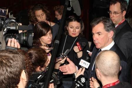 Le ministre fédéral de l'Environnement, Jim Prentice, a été interrogé par les journalistes lors de son passage à Montréal au colloque organisé par l'Université McGill pour débattre d'une nouvelle stratégie de l'eau au Canada.