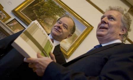 Le premier ministre Jean Charest et le ministre des Finances, Raymond Bachand, ont dévoilé hier à Québec un budget qui permettra à l'État québécois de comprimer ses dépenses tout en alourdissant le fardeau fiscal de la classe moyenne.