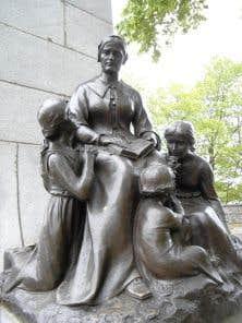 Au pied du monument consacré à Louis Hébert dans le parc Montmorency se trouvent Marie Rollet, ses trois enfants et son gendre, Guillaume Couillard.