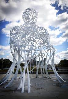 «Source» évoque «les racines qui nous lient à la terre», mais aussi la mosaïque culturelle qu'est la métropole, selon le sculpteur espagnol de renommée internationale, Jaume Plensa.