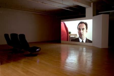 Born Rich Getting Poorer, la sitcom de Milutin Gubash, repose sur un travail plastique, propre tant à celui de l'image qu'à celui de l'installation.