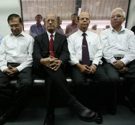Elattuvalapil Sreedharan (au centre), fonctionnaire de carrière des cheminsa de fer indiens, maître d'œuvre de l'agrandissement du métro de New Delhi devenu gloire nationale en Inde.