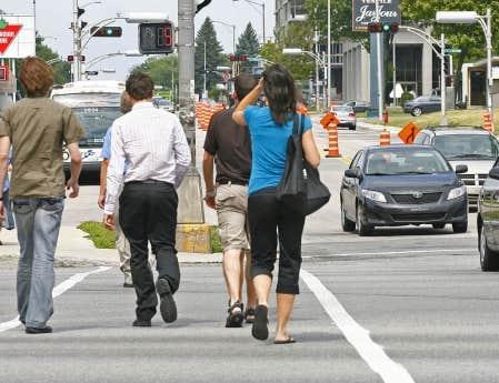 Situ&eacute; &agrave; la sortie des ponts, le secteur autour du boulevard Laurier et de la route de l&rsquo;&Eacute;glise est de plus en plus achaland&eacute; aux heures de pointe. En plus des centres commerciaux et des h&ocirc;tels, on y retrouve un h&ocirc;pital, des si&egrave;ges sociaux et de nombreux &eacute;difices gouvernementaux. Pour le pi&eacute;ton, l&rsquo;endroit est un cauchemar.<br />