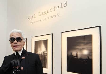 Le designer de mode allemand Karl Lagerfeld devant quelques-unes de ses &oelig;uvres &agrave; l&rsquo;exposition Karl Lagerfeld, parcours de travail, pr&eacute;sent&eacute;e jusqu&rsquo;au 31 octobre prochain &agrave; la Maison de la photographie de Paris.<br />