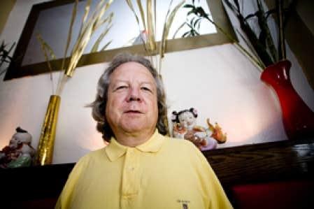Michel Parent au Wok'nRoll, restaurant de la basse ville de Québec qui, presque seul, résiste au temps qui efface les traces de l'ancien Tangren Jie de Québec. Ce rare vestige du Quartier chinois d'avant 1968 est à l'ombre de l'autoroute Du