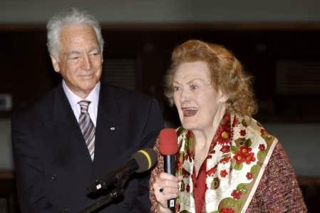 Joan Sutherland en compagnie de son mari, le chef d&rsquo;orchestre Richard Bonynge, en 2006<br />