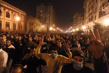La foule &eacute;tait encore dense hier soir dans les rues du Caire, malgr&eacute; l&rsquo;imposition d&rsquo;un couvre-feu. Les gens scandaient &laquo;&Agrave; bas! &Agrave; bas Moubarak!&raquo;<br />