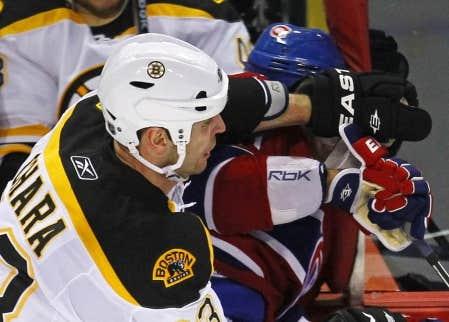 Le d&eacute;fenseur des Bruins de Boston Zdeno Chara cognant la t&ecirc;te de Max Pacioretty, du Canadien de Montr&eacute;al, contre une tige m&eacute;tallique de la baie vitr&eacute;e, le 8 mars dernier, au Centre Bell.<br />