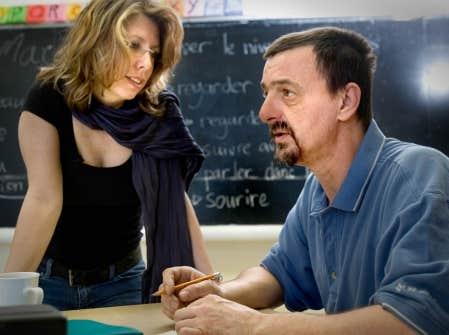 Martine Fillion, responsable p&eacute;dagogique &agrave; l&rsquo;atelier des lettres, avec R&eacute;jean Coe, qui apprend &agrave; lire et &agrave; &eacute;crire &laquo;pour son fils&raquo;.<br />