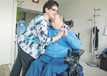 Lucie Chainey a laiss&eacute; son emploi depuis vingt ans pour prendre soin de son mari, Andr&eacute; Chainey, atteint de scl&eacute;rose en plaques.<br />
