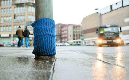 Le yarn bombing, sorte de graffiti &agrave; la laine, cherche &agrave; faire r&eacute;fl&eacute;chir sur l&rsquo;occupation du territoire, la grisaille urbaine, la pollution publicitaire, en mettant du tricot un peu partout et surtout l&agrave; o&ugrave; on l&rsquo;attend le moins &mdash; ici, sur un poteau &agrave; Berlin.<br />