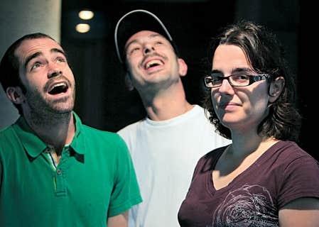 Le r&eacute;alisateur Alexandre Hamel (&agrave; gauche) en compagnie de Patrick et de Marie-Pier, deux personnages plus grands que nature de la s&eacute;rie documentaire Maisons de Fous.<br />