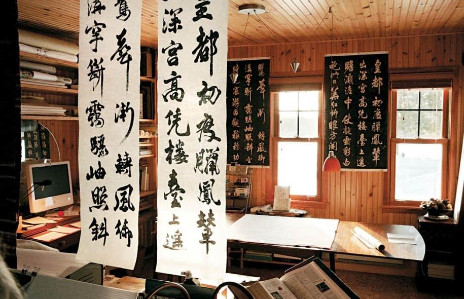 L'atelier de la calligraphe Françoise Cloutier. Pour ces calligraphies, elle utilise une encre liquide de même que des bâtons d'encre faits de noir de fumée.