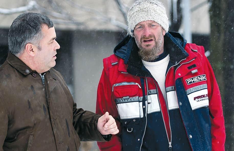 Le député de la circonscription montréalaise de Sainte-Marie -Saint-Jacques, Daniel Breton, en compagnie d'un itinérant utilisant les ressources de la mission Saint-Michael.