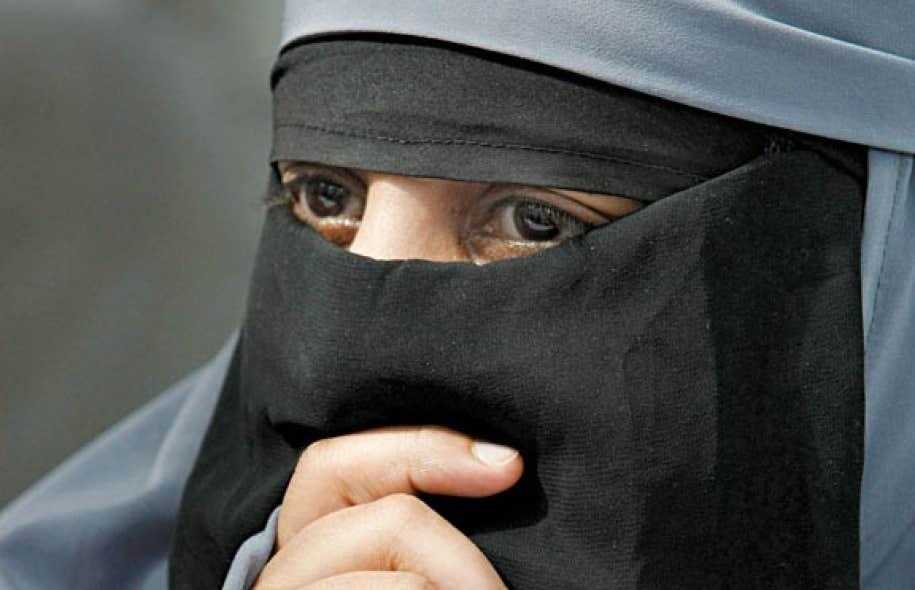 Dans un jugement partagé, la Cour suprême a autorisé, si le contexte le justifie, le témoignage en cour d'une femme masquée par son niqab.