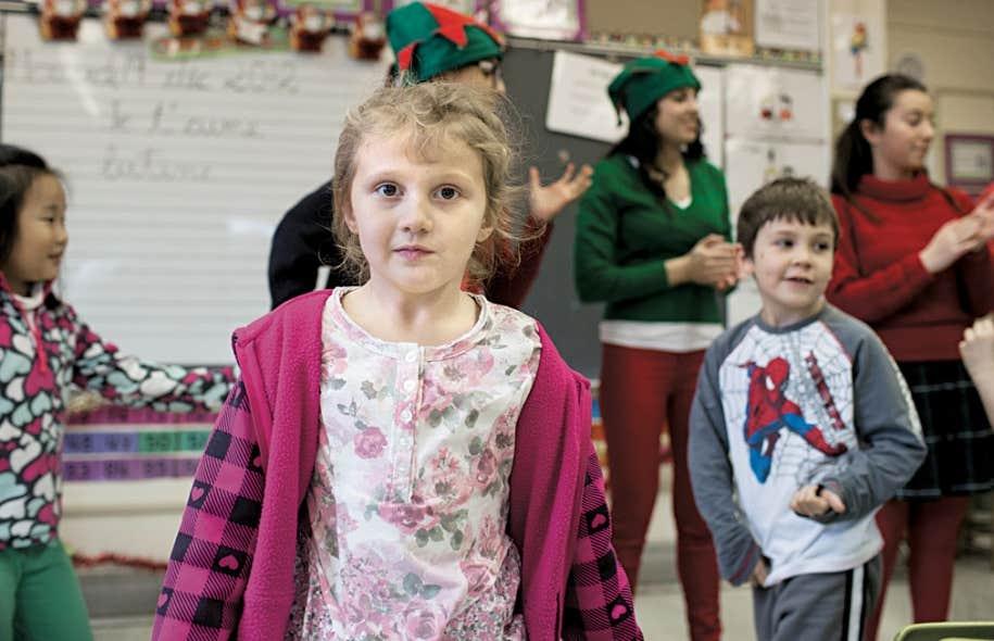 Vêtues de rouge et de vert, les lutines du collège Sainte-Marcelline ont apporté cadeaux et goûters aux enfants qu'elles ont visités, mais leur ont surtout offert ce qui leur fait parfois défaut : une occasion de faire rimer Noël avec joie et excitation.