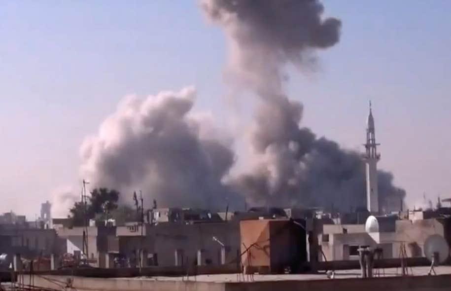 La fumée s'élève de bâtiments après des bombardements à Homs, en Syrie, ce jeudi.