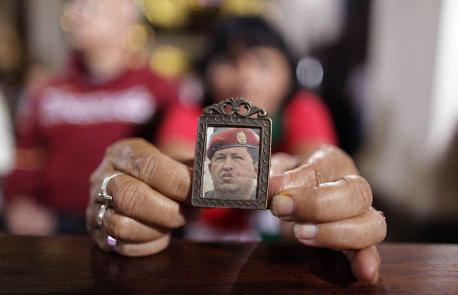 Une femme vénézuélienne tient une photo d'Hugo Chavez. Le président n'a pas été vu ni entendu en public depuis son opération, le 11 décembre.
