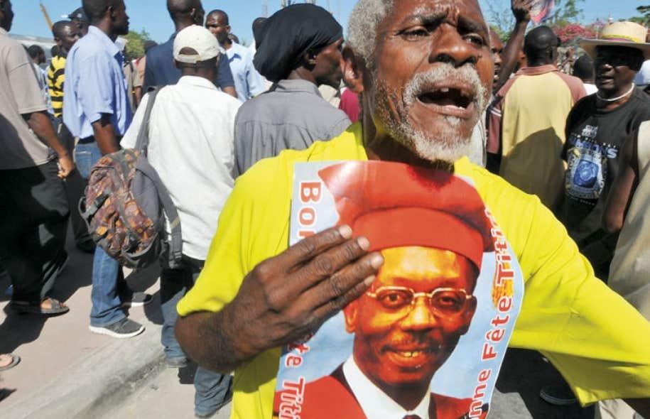 À Port-au-Prince, des partisans de M. Aristide sont descendus dans la rue.