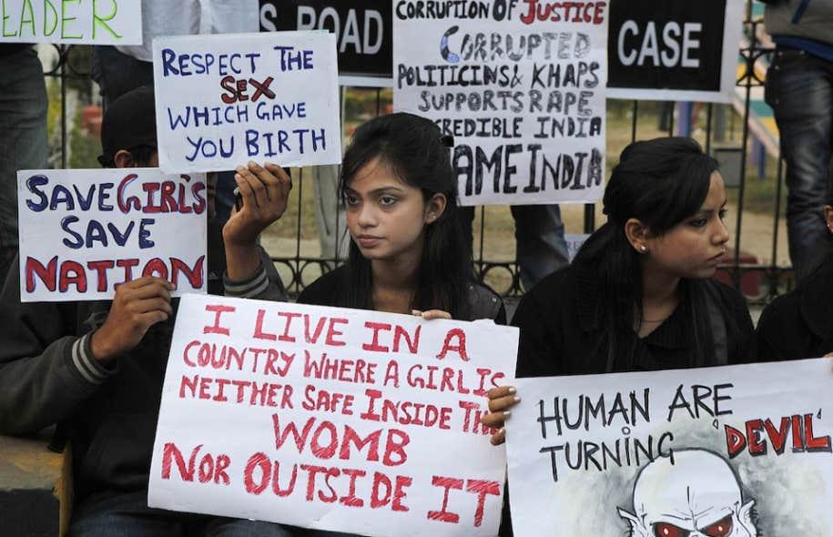 Des étudiants indiens ont montré leur colère jeudi contre les cinq hommes mis en cause pour le viol d'une étudiante dans un autobus de New Delhi.