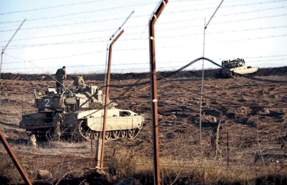 Un char de l'armée israélienne est installé sur le plateau du Golan, surplombant le village syrien de Brega.