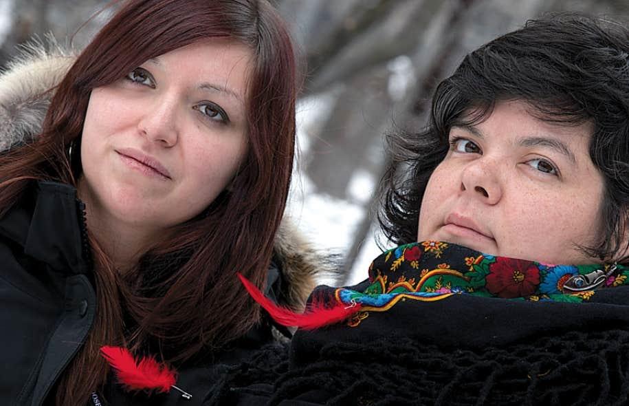 L'Algonquine Widia Larivière et l'Innue Mélissa Mullen-Dupuis, cofondatrices de la section québécoise du mouvement Idle no more, qui a adopté le symbole de la plume rouge, un clin d'œil au carré rouge étudiant.