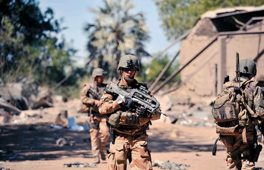 Les soldats français à leur arrivée à Diabali.