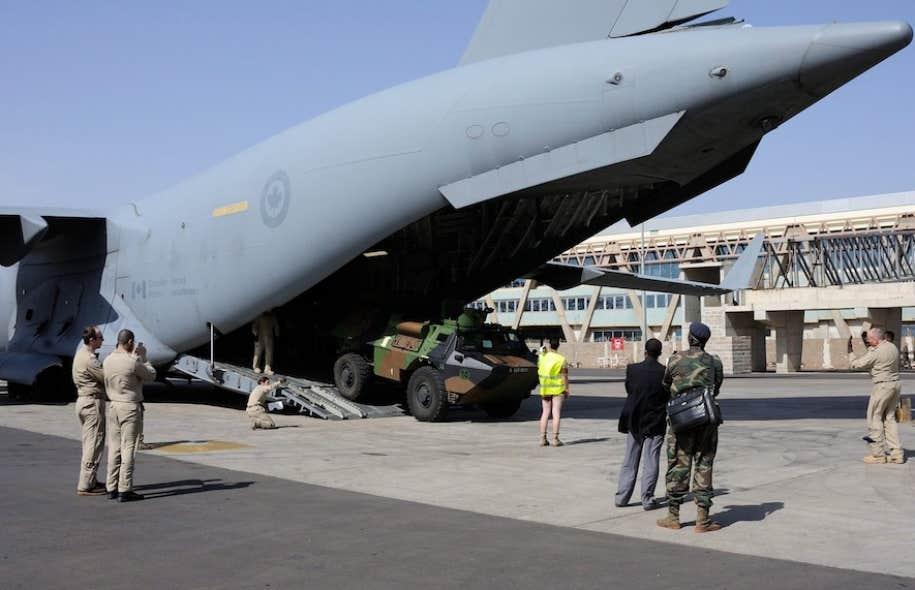 Le C-17, qui est rattaché au 429e Escadron de la Base des Forces canadiennes Trenton, a transporté des véhicules et de l'équipement entre la France et la capitale malienne, Bamako.