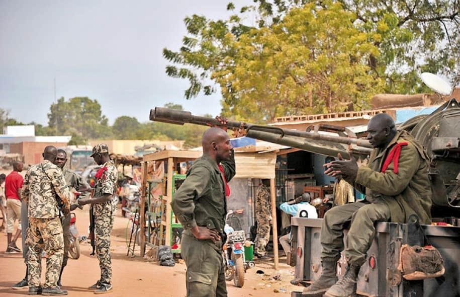 Des soldats français patrouillaient dans les rues de Diabali mardi.