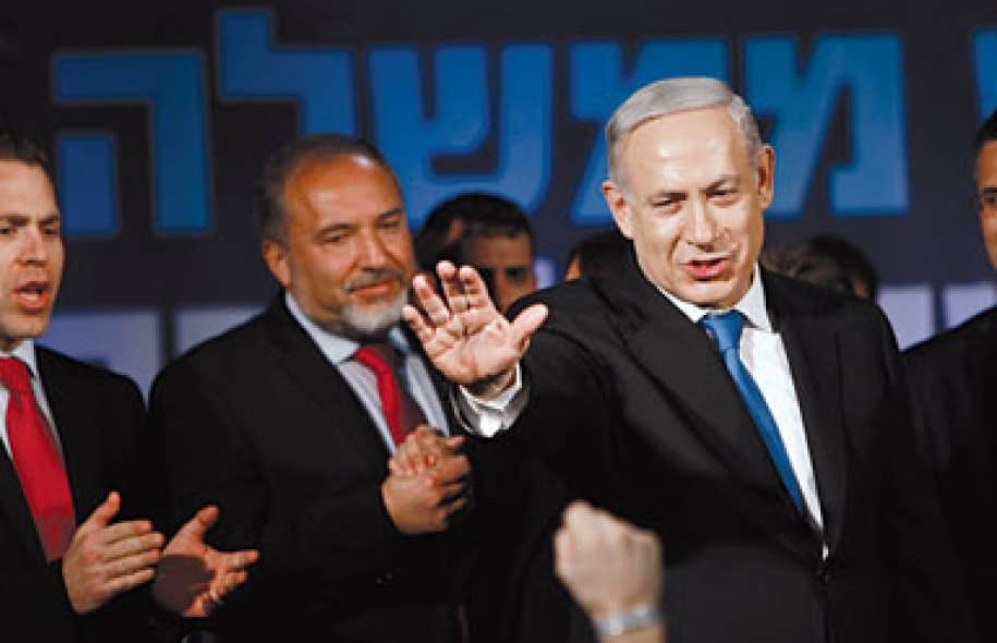 Benjamin Nétanyahou saluant les partisans du Likoud à Tel-Aviv après sa victoire électorale