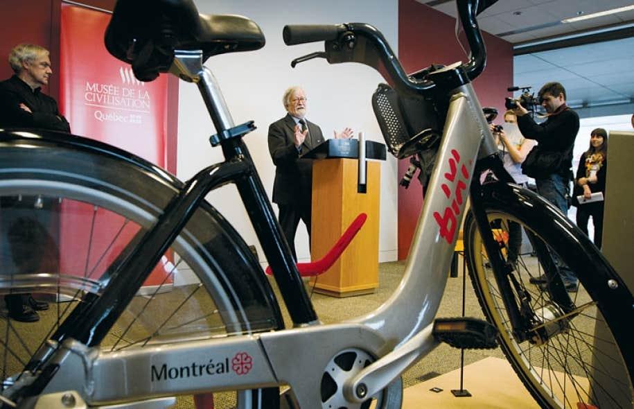 Pour accoucher du Bixi, un succès de design adopté par plus de 20 villes et reproduit à 38 000 exemplaires, Michel Dallaire rappelle que « 80 % de ses efforts » ont été dévolus non pas aux courbes séduisantes du vélo, mais à l'ingénierie invisible de la pièce d'ancrage, protégée par un brevet.