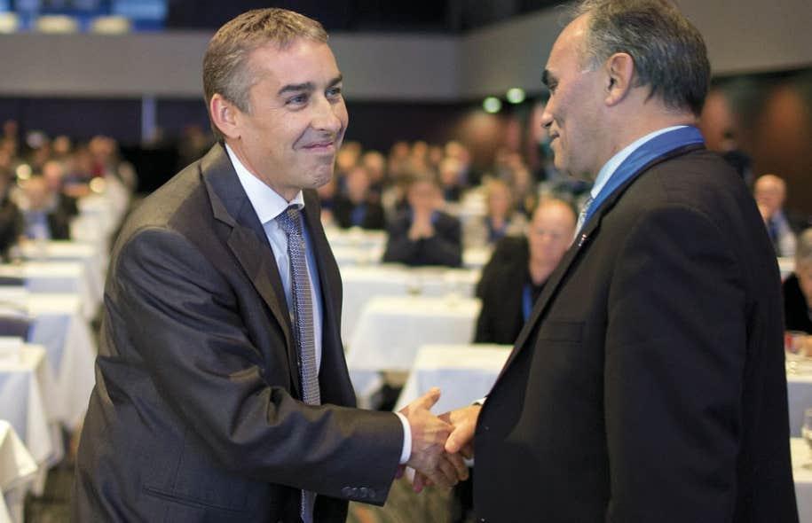 Le ministre des Finances, Nicolas Marceau, saluant le vice-président aux ressources humaines d'ArcelorMittal, Alain Cauchon.