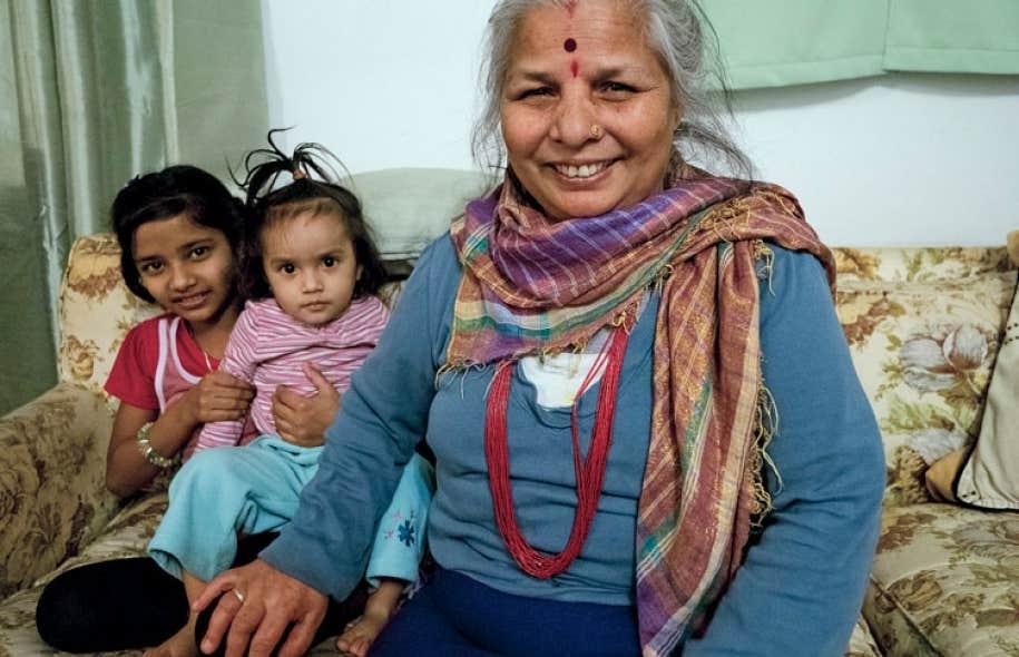 Pabitra Poudel fait partie des réfugiés népalo-bhoutanais installés à Québec. Elle pose ici avec deux de ses petits-enfants.