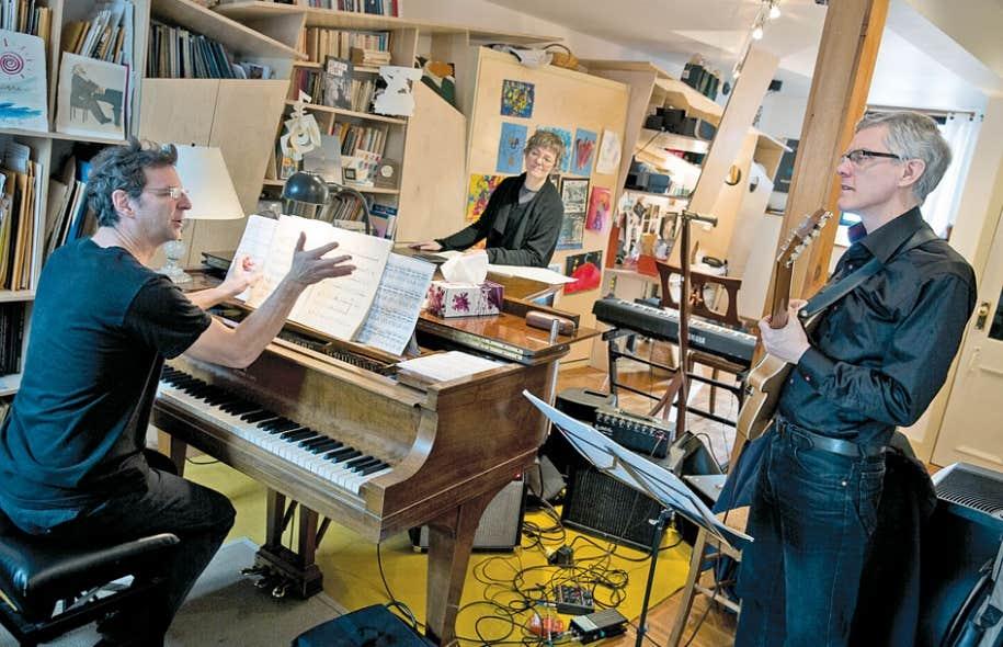 Tim Brady, ici avec François Bourassa et Brigitte Poulin aux pianos, est le premier compositeur à introduire la guitare électrique dans la musique de chambre et la musique symphonique.