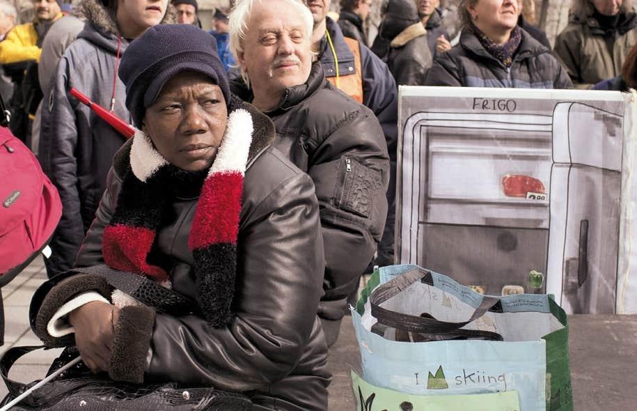 Manifestation pour dénoncer les coupes projetées à l'aide sociale, mercredi dernier à Montréal. En 2012, 7 % de la population du Québec vivait avec l'aide sociale, dont 108 000 enfants.