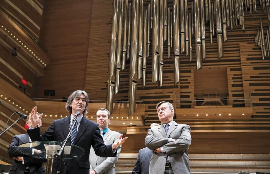Kent Nagano, directeur musical de l'OSM a présenté l'organiste en résidence, Jean-Willy Kunz (à l'arrière), sous l'œil de Lucien Bouchard, président du conseil d'administration de l'orchestre.