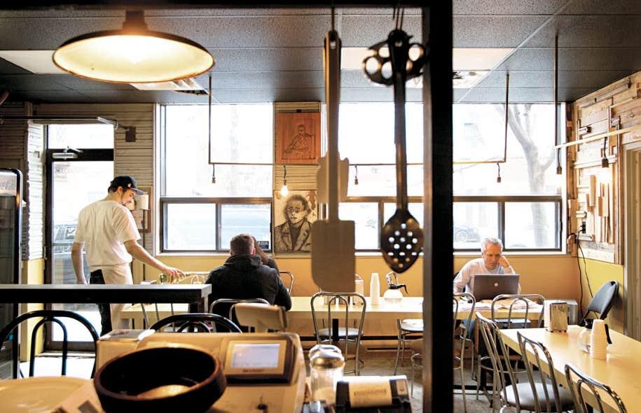 Ils sont trois dans ce petit écrin du Mile-Ex à Montréal, à tout faire, de la plonge à la fabrication des desserts en passant par le service du vin.
