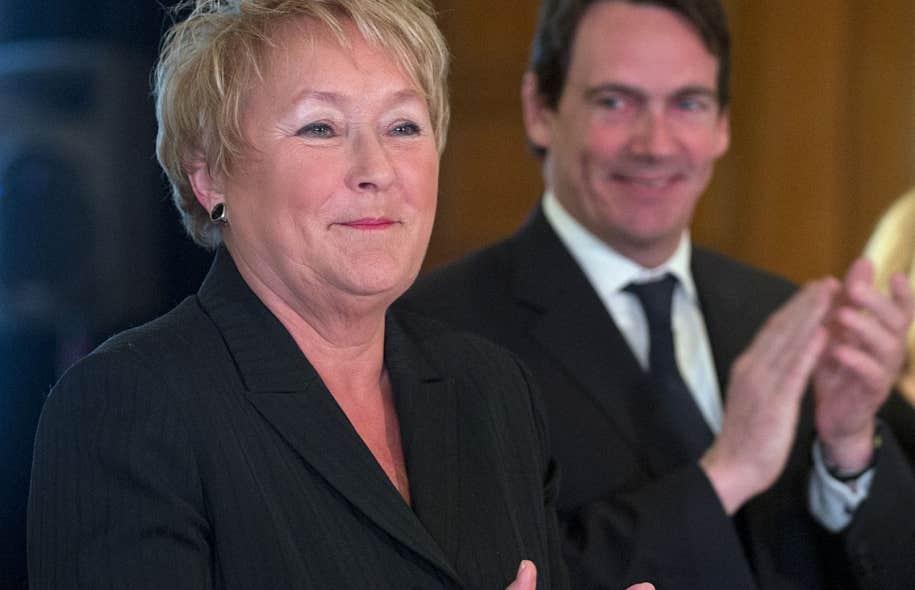 La première ministre, Pauline Marois, ne change rien à la cible qu'elle s'est fixée pour atteindre le déficit zéro. Derrière elle, Pierre Karl Péladeau à qui elle a confié la présidence de la société d'État Hydro-Québec.